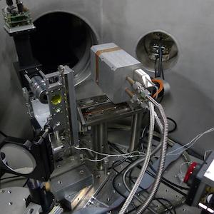 Porte échantillon et contrôle superposition spatiale et temporelle des faisceaux IR /EUV